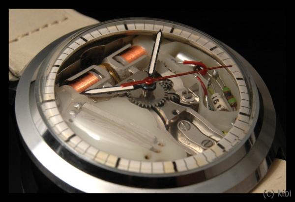 ladičkový strojek v hodinkách Prim