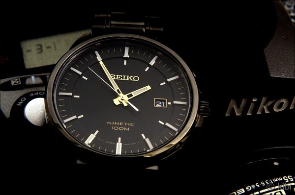 """e155e78f0 Průměr má """"univerzálních"""" 42 milimetrů, jeho tloušťka je pouze 12 mm.  Myslím, že hodinky je tedy možné nosit jak na slabších, ..."""